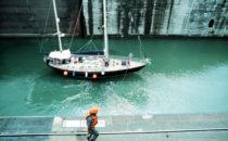 Segelyacht in einer Schleusenkammer des Panamakanals