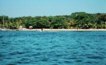 Roatán - Strand vom Wasser aus gesehen, Honduras