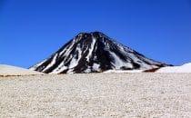 Vulkankegel im Schnee bei San Pedro de Atacama, Chile