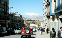 La Paz mit Vulkan Illimani, Bolivien
