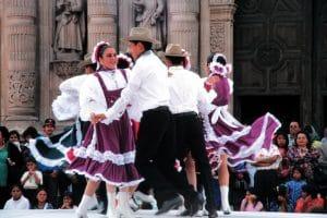 Chihuahua, Tänzer vor der Kathedrale