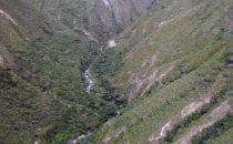 Blick von der Seilbahn auf den Zufluss des Utcubamba, Peru