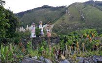 Nachbildungen der Sarkophage im Museum von Leimebamba, Peru