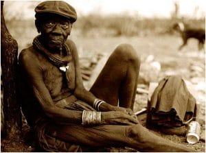 Himba Häuptling vor seiner Hütte