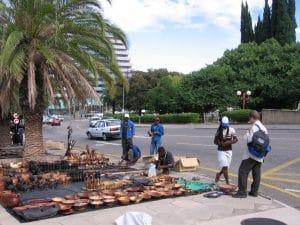 Kawambo verkaufen Ihre Holzschnitzereien in Windhoek