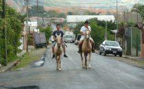 Reiter im Ort Orosi, Costa Rica