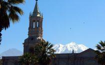 Blick über die Kathedrale von Arequipa auf die Kordillere, Peru