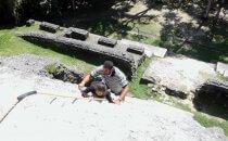 Besteigung eines Tempels in Lamanai, Belize