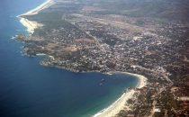 Puerto Escondido mit Playa Zipolite im Vordergrund, Mexico