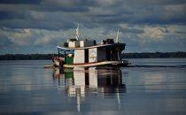 Fischerboot auf dem Rio Negro, Amazonas, Brasilien
