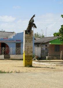 Denkmal für Benkos Biohó in San Basilio Palenque. Biohó, Angehöriger einer lokalen Herrscherfamilie, wurde im frühen 17.Jahrhundert von Sklavenhändlern aus Guinea Bissau nach Cartagena verschleppt, von wo ihm die Flucht gelang. Er gründete mit San Basilio Palenque eine befestigte Siedlung, in der geflohene Sklaven Zuflucht fanden. Trotz der Zusage des Gouverneurs von Cartagena, die Autonomie San Basilios sowie Benkos Biohós persönliche Freiheit zu garantieren, wurde Biohó bei einem Besuch der Stadt verhaftet und am 16. März 1621 gehängt und gevierteilt. San Basilio gilt heute als die erste Gemeinde freier Schwarzafrikaner in Amerika und gehört zum UNESCO Welterbe.