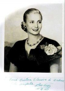 Fotografie von Eva Duarte de Perón, das der guatemaltekischen First Lady María Cristina Vilanova de Árbenz (1915-2009) gewidmet ist. Deren Ehemann,Präsident Jacobo Árbenz (1913-1971), wurde 1954 durch einen von der US-Regierung unter Dwight Eisenhower angeordneten Staatsstreich gestürzt.