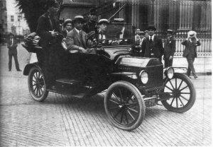 """Mitglieder der Patriotischen Liga patrouillieren in den Straßen von Buenos Aires gemeinsam mit Polizisten während der """"Tragischen Woche"""". Foto veröffentlicht in der Zeitschrift Caras y Caretas Nº 1059, 18. Januar 1919."""