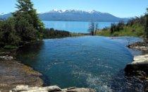 Cascada del Río Maqui mit Blick über den Lago General Carrera in Patagonien, Chile